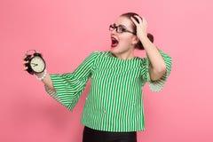 Donna di affari con il panino e gli orologi dei capelli fotografia stock libera da diritti