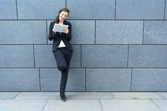 Donna di affari con il PC del ridurre in pani Fotografia Stock