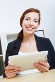 Donna di affari con il pc del ridurre in pani Fotografie Stock