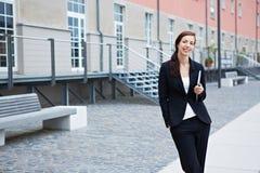 Donna di affari con il pc del ridurre in pani Fotografie Stock Libere da Diritti