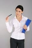 Donna di affari con il pensiero della penna Immagini Stock Libere da Diritti