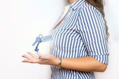 Donna di affari con il pittogramma di chiave domestica fotografia stock libera da diritti
