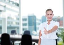 Donna di affari con il pollice su nella sala riunioni fotografie stock
