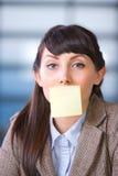 Donna di affari con il post-it in bianco Fotografia Stock Libera da Diritti