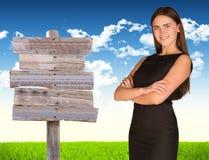 Donna di affari con il segnale stradale Fotografie Stock