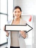 Donna di affari con il segno della freccia di senso Fotografie Stock