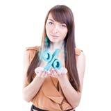 Donna di affari con il segno di vendita delle percentuali fotografia stock