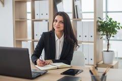 Donna di affari con il taccuino in ufficio, posto di lavoro Fotografie Stock Libere da Diritti