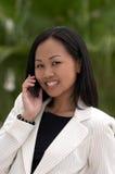 Donna di affari con il telefono delle cellule che esamina macchina fotografica Fotografie Stock