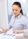 Donna di affari con il telefono, il computer portatile e gli archivi Immagini Stock