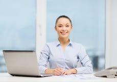 Donna di affari con il telefono, il computer portatile e gli archivi Fotografia Stock Libera da Diritti