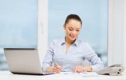 Donna di affari con il telefono, il computer portatile e gli archivi Immagini Stock Libere da Diritti