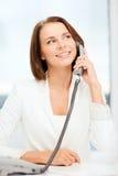 Donna di affari con il telefono in ufficio Fotografie Stock Libere da Diritti