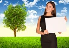 Donna di affari con l'albero ed il paesaggio verde Fotografia Stock Libera da Diritti