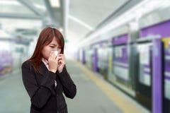 Donna di affari con l'allergia o lo starnuto freddo nel tovagliolo in cielo t Fotografie Stock