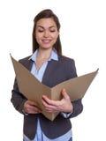 Donna di affari con l'archivio marrone della lettura dei capelli Fotografia Stock Libera da Diritti