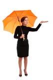 Donna di affari con l'assegno dell'ombrello se piove fotografia stock libera da diritti