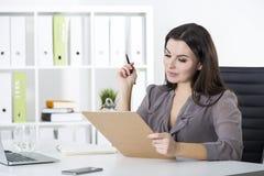 Donna di affari con l'indicatore e la lavagna per appunti Fotografie Stock
