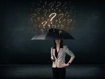 Donna di affari con l'ombrello e molti punti interrogativi tirati immagine stock libera da diritti