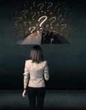 Donna di affari con l'ombrello e molti punti interrogativi tirati fotografie stock libere da diritti