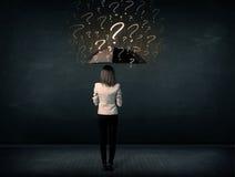 Donna di affari con l'ombrello e molti punti interrogativi tirati immagine stock