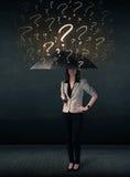 Donna di affari con l'ombrello e molti punti interrogativi tirati fotografia stock libera da diritti