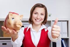 Donna di affari con la banca piggy Immagini Stock