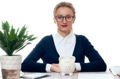 Donna di affari con la banca piggy Concetto di risparmio Fotografie Stock Libere da Diritti