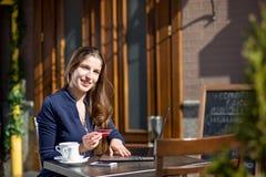 Donna di affari con la carta di credito Fotografia Stock
