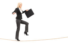 Donna di affari con la cartella, provante a tenere equilibrio Fotografia Stock Libera da Diritti