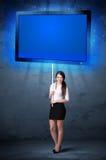 Donna di affari con la compressa brillante Fotografie Stock Libere da Diritti