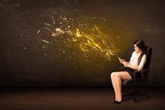 Donna di affari con la compressa ed esplosione di energia su fondo Fotografie Stock Libere da Diritti