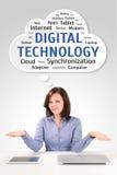 Donna di affari con la compressa ed il computer portatile nell'ambito del wordcloud di tecnologia Immagini Stock