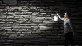 Donna di affari con la lanterna Immagini Stock