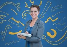 Donna di affari con la lavagna per appunti contro fondo blu con i grafici gialli della freccia Immagine Stock Libera da Diritti