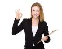 Donna di affari con la lavagna per appunti ed il segno giusto Immagini Stock Libere da Diritti