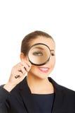 Donna di affari con la lente d'ingrandimento immagine stock libera da diritti