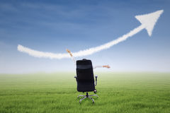 Donna di affari con la nuvola alta del segno della freccia Fotografia Stock