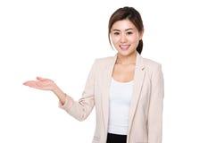 Donna di affari con la palma aperta della mano immagine stock