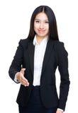Donna di affari con la scossa della mano fotografia stock