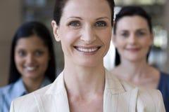 Donna di affari con la squadra dietro immagini stock libere da diritti