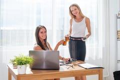 Donna di affari con la tazza di caffè che la comunica Immagini Stock Libere da Diritti