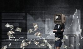 Donna di affari con la vecchia TV invece della testa Fotografia Stock Libera da Diritti