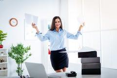 Donna di affari con le carte immagini stock libere da diritti