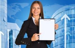 Donna di affari con le costruzioni e la mappa di mondo Fotografie Stock Libere da Diritti