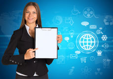 Donna di affari con le icone della nuvola e la mappa di mondo Fotografie Stock Libere da Diritti