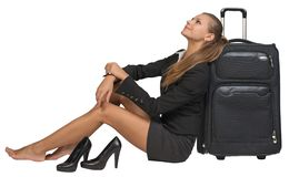 Donna di affari con le sue scarpe fuori dalla seduta accanto a Immagine Stock Libera da Diritti