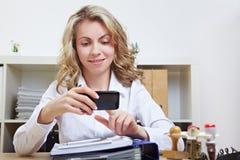 Donna di affari con lo smartphone Fotografia Stock Libera da Diritti