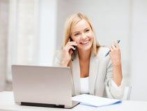 Donna di affari con lo smartphone in ufficio Fotografia Stock