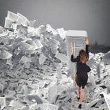 Donna di affari con lo strato di carta dovunque Sepolto dal concetto della burocrazia Fotografie Stock
